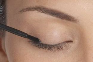 applying latisse on eyelashes